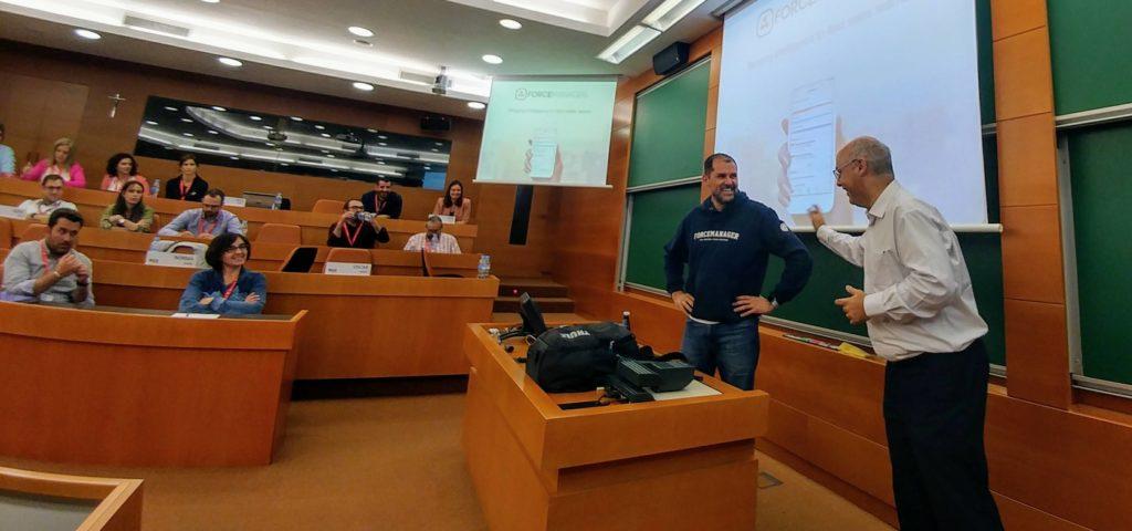 Oscar Macia, CEO de ForceManager bromeando con Albert Fernández, profesor del IESE.