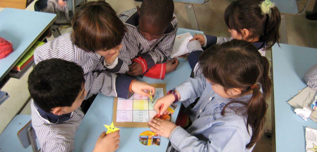 Alumnos de primero jugando con uno de los primeros juegos que construyen.
