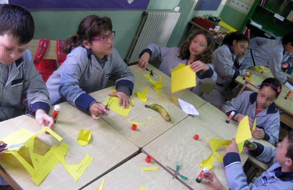 Intentar construir un modelo de papel a partir de instrucciones ambiguas supone un reto a superar.