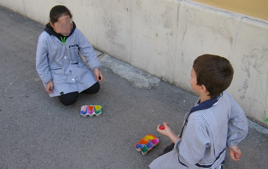 Juego de habilidad en el que los alumnos lanzan chapas dentro de una huevera con puntuación. Los alumnos realizan operaciones básicas en inglés.